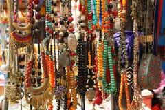 Kunststeine, Perlen, bördelt Rosenbeet, Armbänder Lizenzfreies Stockfoto