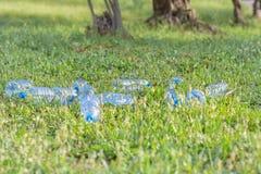 Kunststoffabfall in der Natur stockbilder