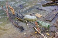 Kunststoffflaschen und Abfallabfall auf dem Ufer 5 Lizenzfreie Stockfotografie