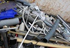 Kunststoffrohre und anderer Wertstoff in einem Abfall collecti stockbilder