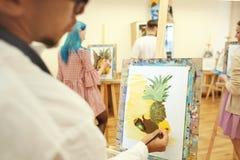 Kunststudenten die in workshop schilderen royalty-vrije stock afbeelding