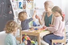 Kunstunterrichte im Kindergarten lizenzfreie stockbilder