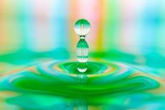 Kunstvolle Nahaufnahme des bunten Wassertropfen-Spritzens lizenzfreie stockfotografie