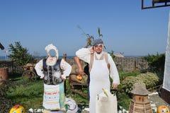 Kunstvoorwerpen, decoratie in het etnische dorp De kerel plakt zijn gezicht in het gezichtsbeeld royalty-vrije stock afbeeldingen