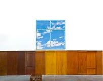 Kunstwand und blauer Himmel Stockbild