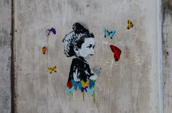 Kunstwerk in een muur binnen een verlaten gebouw stock fotografie