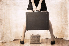 Kunstwerk in uitstekende stijl, vrouwen holdind zware zak Stock Foto