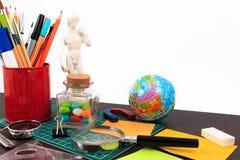 Kunstwerkwerkplaats met creatieve toebehoren, het creatieve kunstwerk Stock Foto