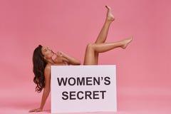 Kunt u een geheim houden? Mooie jonge vrouw omvat met pos royalty-vrije stock afbeelding