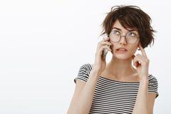 Kunt u luider het bent hier lawaaierig spreken Portret van geconcentreerde creatieve jonge vrouwelijke ontwerper met kort modieus royalty-vrije stock foto