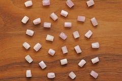 Kunzite jest naturalnym menchii kamieniem dla tworzyć biżuterię na naturalnym drewnianym tle Naturalni kryształy menchie i bzów k zdjęcia royalty free