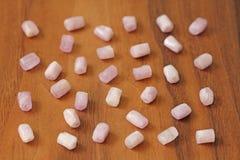Kunzite jest naturalnym menchii kamieniem dla tworzyć biżuterię na naturalnym drewnianym tle Naturalni kryształy menchie i bzów k zdjęcie stock