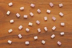 Kunzite jest naturalnym menchii kamieniem dla tworzyć biżuterię na naturalnym drewnianym tle Naturalni kryształy menchie i bzów k obrazy stock