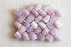 Kunzite jest naturalnym menchii kamieniem dla tworzyć biżuterię Naturalni kryształy menchie i bzów kamienie zdjęcia royalty free