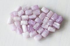 Kunzite jest naturalnym menchii kamieniem dla tworzyć biżuterię Naturalni kryształy menchie i bzów kamienie fotografia royalty free