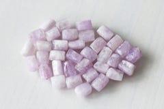 Kunzite jest naturalnym menchii kamieniem dla tworzyć biżuterię Naturalni kryształy menchie i bzów kamienie zdjęcie stock