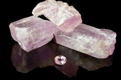 Kunzite rosado áspero y gema Imágenes de archivo libres de regalías