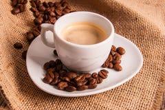 Kupa av espressokaffe med kaffekorn Royaltyfria Foton