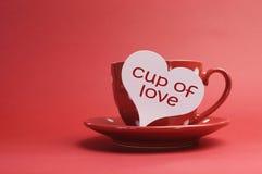 Kupa av förälskelse som meddelandet på röd polka pricker kuper och sauceren Fotografering för Bildbyråer