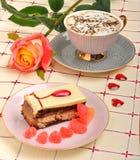 Kupa av kaffe, en ro och en tårta Royaltyfri Fotografi