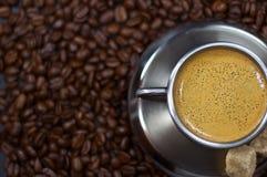 Kupa av kaffe i en hög av cof arkivfoton