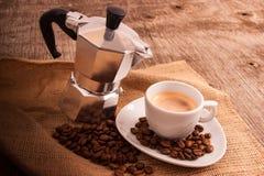 Kupa av kaffe med italiensk moka Arkivfoto