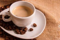 Kupa av kaffe med kaffebönor Fotografering för Bildbyråer