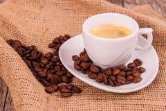 Kupa av kaffe med kaffebönor Royaltyfri Bild