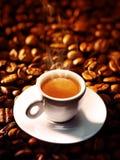Kupa av kaffe med kaffebönor royaltyfri fotografi
