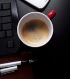 Kupa av kaffe, och affären anmärker på bordlägga Royaltyfri Bild