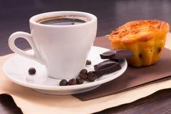 Kupa av kaffe och bönor med tårtan Royaltyfri Bild
