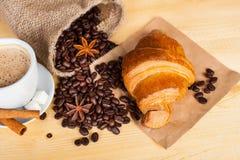 Kupa av kaffe och kaffebönor Arkivfoto