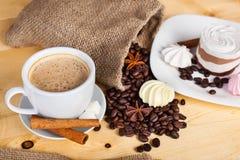 Kupa av kaffe och kaffebönor Arkivbilder