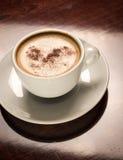 Kupa av kaffe på ett trä bordlägger i restaurang Royaltyfri Bild