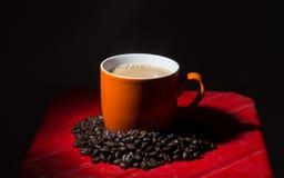 Kupa av kaffe på kaffebönabakgrund Royaltyfria Foton