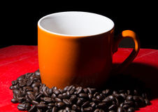 Kupa av kaffe på kaffebönabakgrund Royaltyfri Fotografi