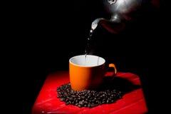 Kupa av kaffe på kaffebönabakgrund Arkivbild