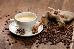 Kupa av kaffe Varma drink och bönor på tabellen Royaltyfri Fotografi