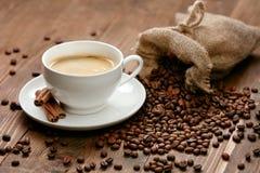 Kupa av kaffe Varma drink och bönor på tabellen Arkivbild