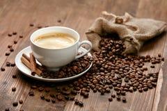 Kupa av kaffe Varma drink och bönor på tabellen Royaltyfri Bild