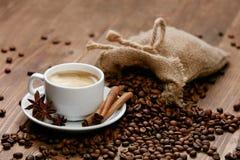 Kupa av kaffe Varma drink och bönor på tabellen Royaltyfria Bilder