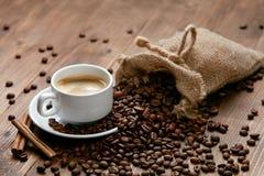 Kupa av kaffe Varma drink och bönor på tabellen Arkivfoton