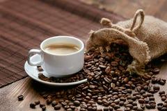 Kupa av kaffe Varma drink och bönor på tabellen Arkivbilder