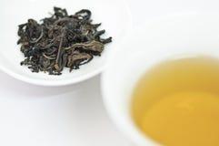 Kupa av kinesisk tea med torr tea lämnar isolerat på vitbakgrund Royaltyfria Bilder