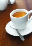 Kupa av starkt aromatiskt espressokaffe Arkivfoto