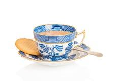 Kupa av tea med kexen Arkivbild
