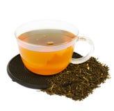 Kupa av tea med rå tea Arkivbild