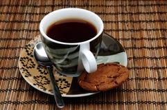 Kupa av tea och en kaka royaltyfri fotografi