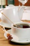 Kupa av tea och ett crystalline farin royaltyfri bild