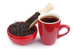 Kupa av tea och torr svart tea i en röd bunke Royaltyfria Foton